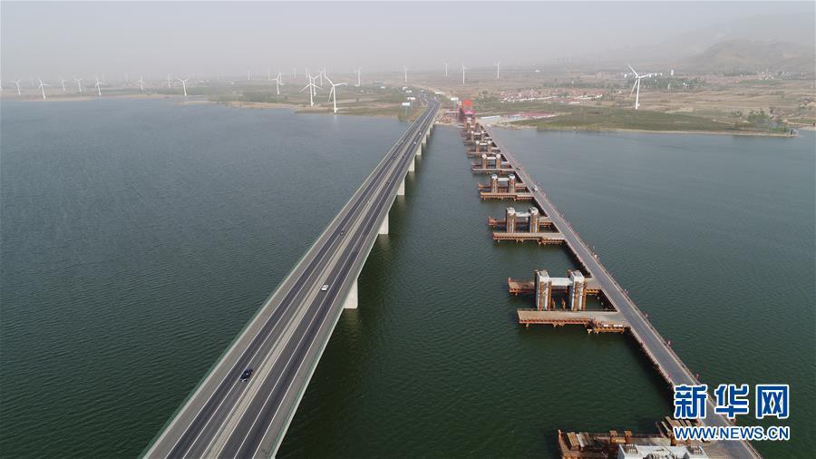(社會)(1)京張高鐵官廳水庫特大橋進行第一孔鋼梁頂推施工