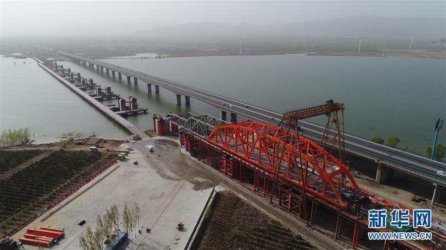 (社會)(2)京張高鐵官廳水庫特大橋進行第一孔鋼梁頂推施工