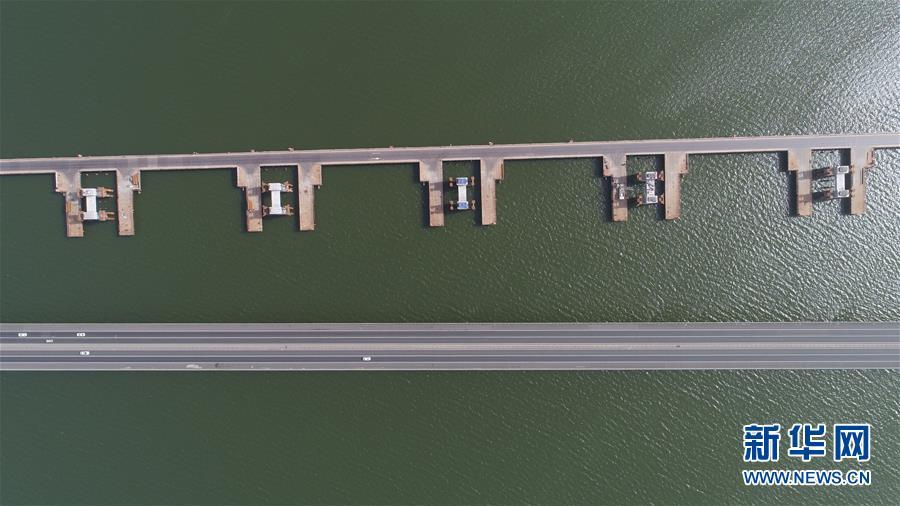 (社會)(4)京張高鐵官廳水庫特大橋進行第一孔鋼梁頂推施工