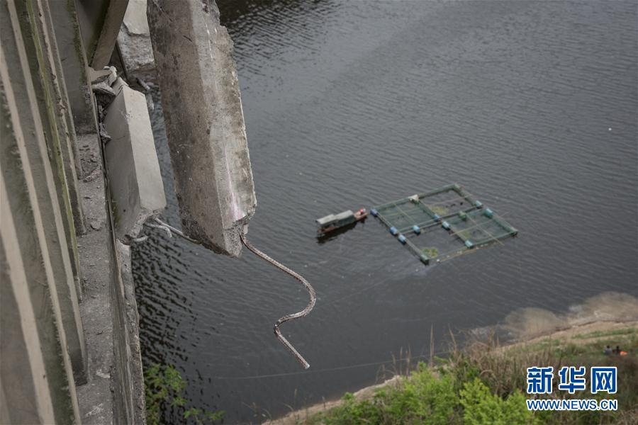 (突發事件)(4)貴州一客車翻車墜河 已造成10人死亡