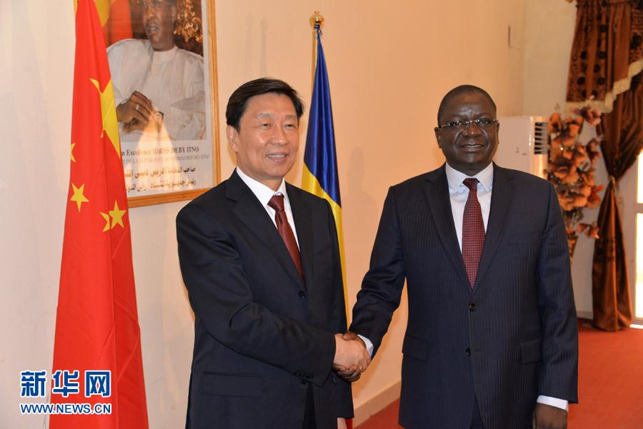 5月9日,乍得總理帕達克(右)在恩賈梅納會見到訪的中國國家副主席李源潮。 新華社記者喬本孝攝
