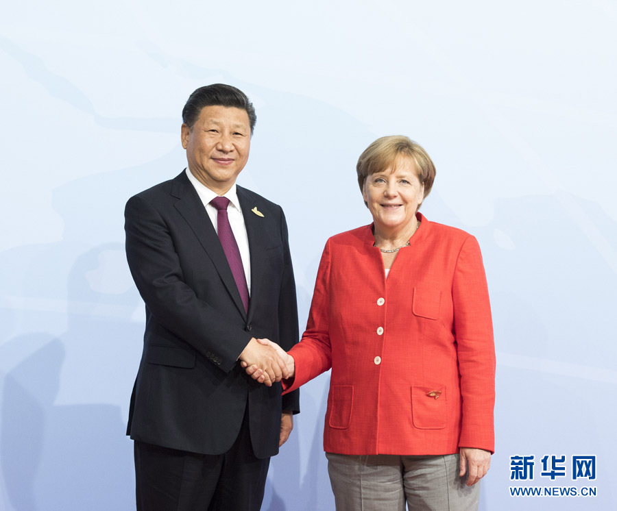 7月7日,二十國集團領導人第十二次峰會在德國漢堡舉行。國家主席習近平出席並發表題為《堅持開放包容 推動聯動增長》的重要講話。這是峰會開始前,習近平受到德國總理默克爾迎接。新華社記者 李學仁 攝