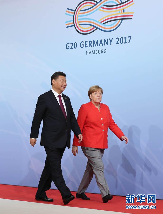 7月7日,二十國集團領導人第十二次峰會在德國漢堡舉行。國家主席習近平出席並發表題為《堅持開放包容 推動聯動增長》的重要講話。這是峰會開始前,習近平受到德國總理默克爾迎接。新華社記者 劉衛兵 攝