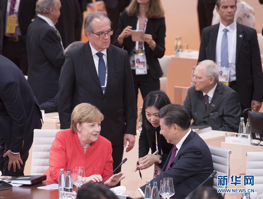 7月7日,二十國集團領導人第十二次峰會在德國漢堡舉行。國家主席習近平出席並發表題為《堅持開放包容 推動聯動增長》的重要講話。這是會前,習近平同德國總理默克爾交談。新華社記者 李學仁 攝