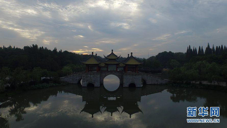 7月12日清晨,扬州市瘦西湖风景区天空漫天云霞,蔚为壮观.