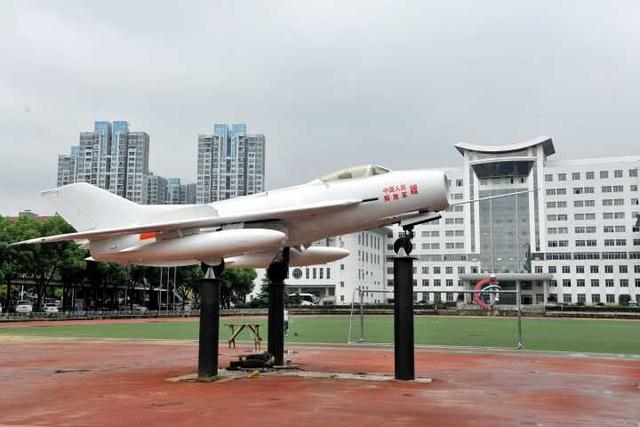 湖北一高职开办飞机维修专业 还安装了一架歼-6