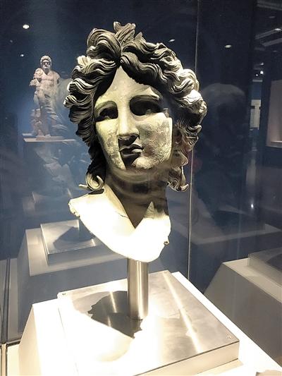 """与对面的宙斯雕像相对而立,一个个古希腊神话中的""""众神""""近日悄悄来到"""