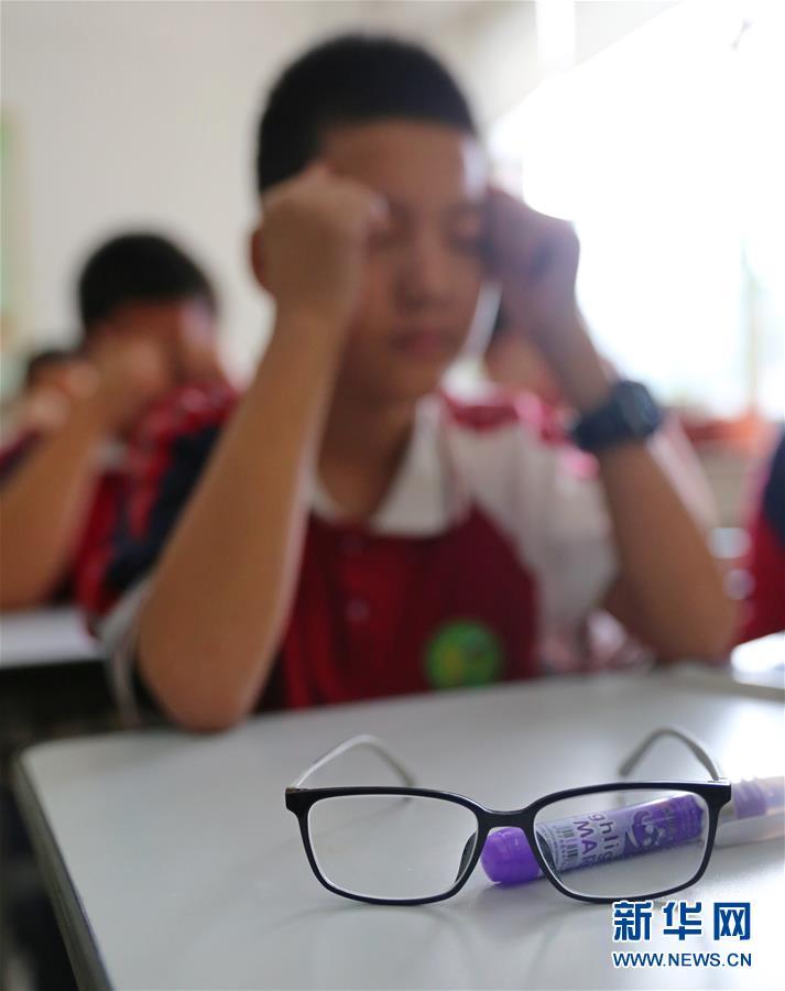 (新華調查·圖文互動)(1)學業的壓力與眼鏡的度數,哪一個更重——這屆孩子為什麼視力不行