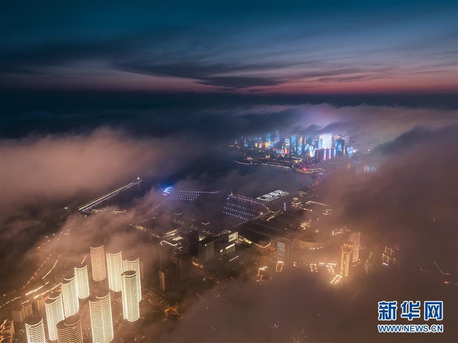 (新華網)(1)青島現平流霧美景