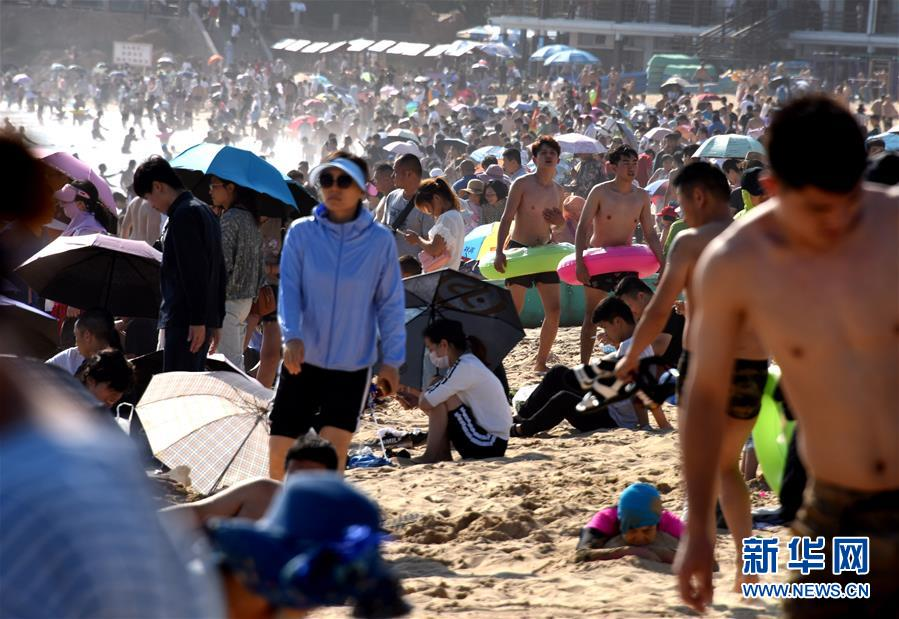 (社會)(1)青島:海水浴場享清涼
