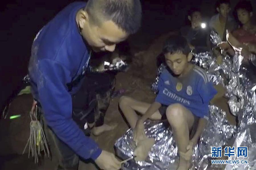 (國際)(1)洞穴數日 泰國少年足球隊員挺住了