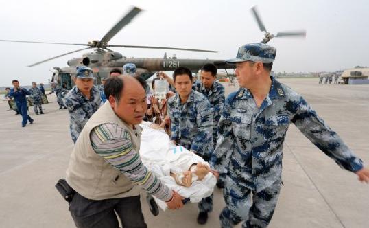 戰士們在蘆山災區轉移重傷員(來源:中國軍網)
