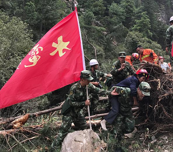 武警部隊救助九寨溝受困群眾(來源:中國軍網)