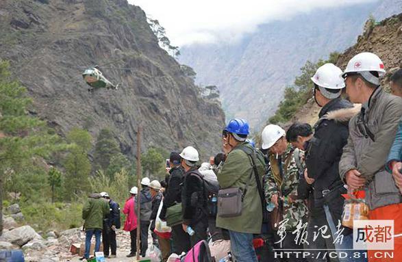 2015年4月,因地震被困尼泊爾的中國公民準備登機