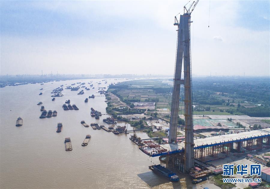 (經濟)(2)武漢青山長江大橋主跨首節鋼梁架設成功