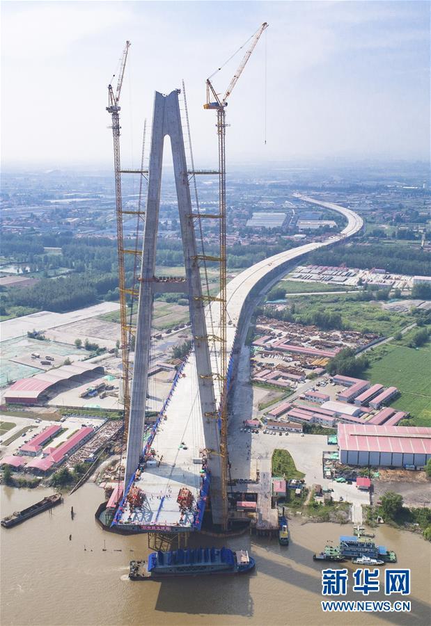 (經濟)(3)武漢青山長江大橋主跨首節鋼梁架設成功