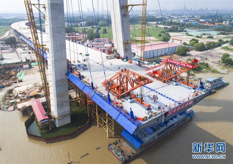 (經濟)(4)武漢青山長江大橋主跨首節鋼梁架設成功