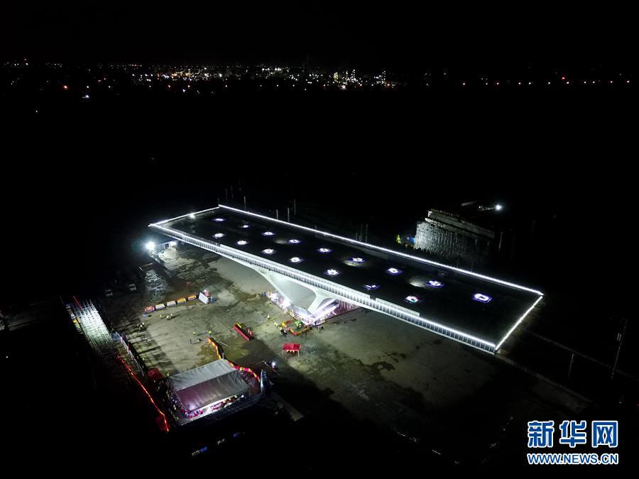 #(經濟)(2)濰日高速公路轉體橋成功轉體