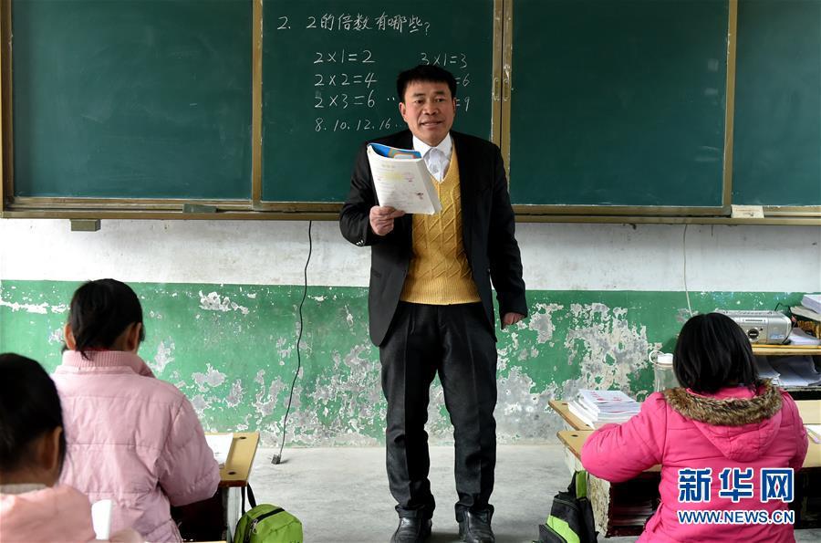 (時代先鋒·圖文互動)(1)伏牛山裏好老師張玉滾:挑起孩子們走出大山的希望