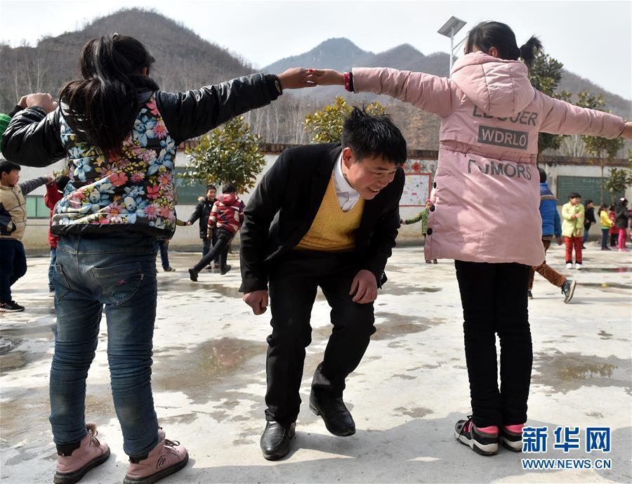 (時代先鋒·圖文互動)(4)伏牛山裏好老師張玉滾:挑起孩子們走出大山的希望