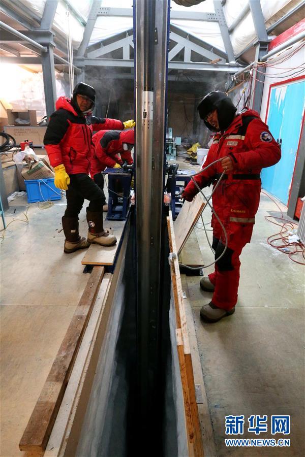 """(""""雪龍""""探南極·圖文互動)(1)通訊:南極冰蓋之巔深冰芯房探秘"""