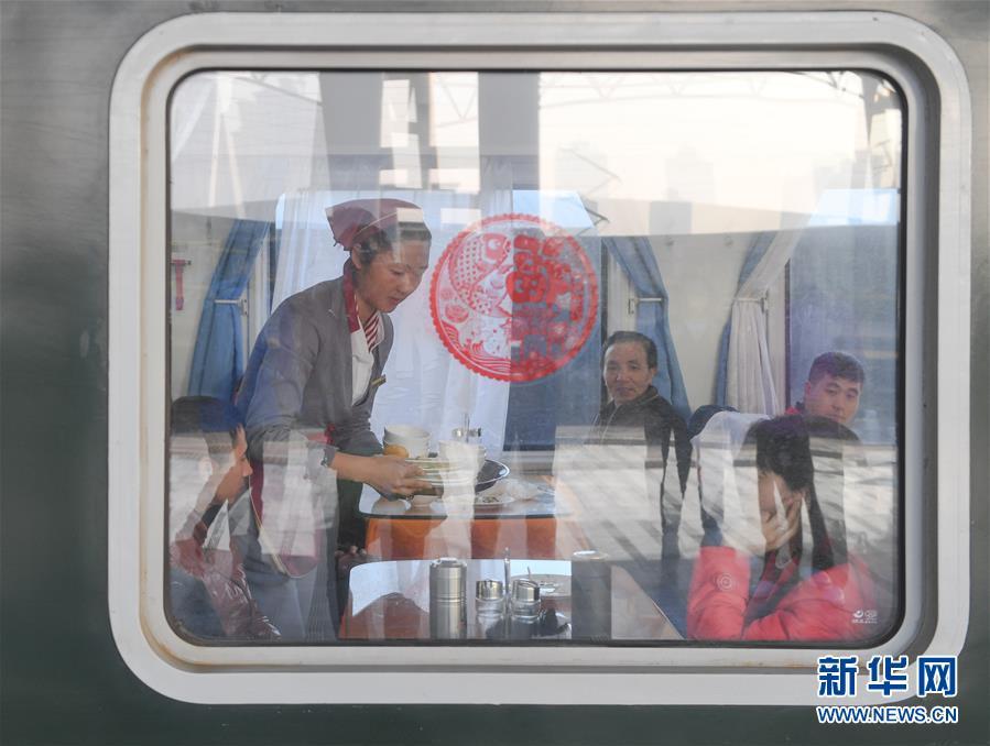 (關注春運)(1)忙碌的臨客餐車