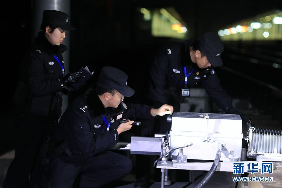 (關注春運)(1)深夜巡查確保春運安全