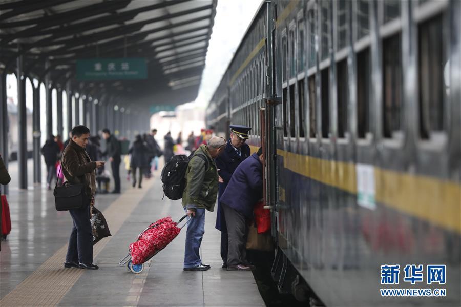"""(新春走基層)(1)""""慢""""火車上的春運時光"""