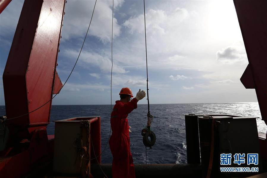 """(第35次南極科考·圖文互動)(1)考察成果豐碩 """"雪龍""""號穿越赤道返回北半球"""