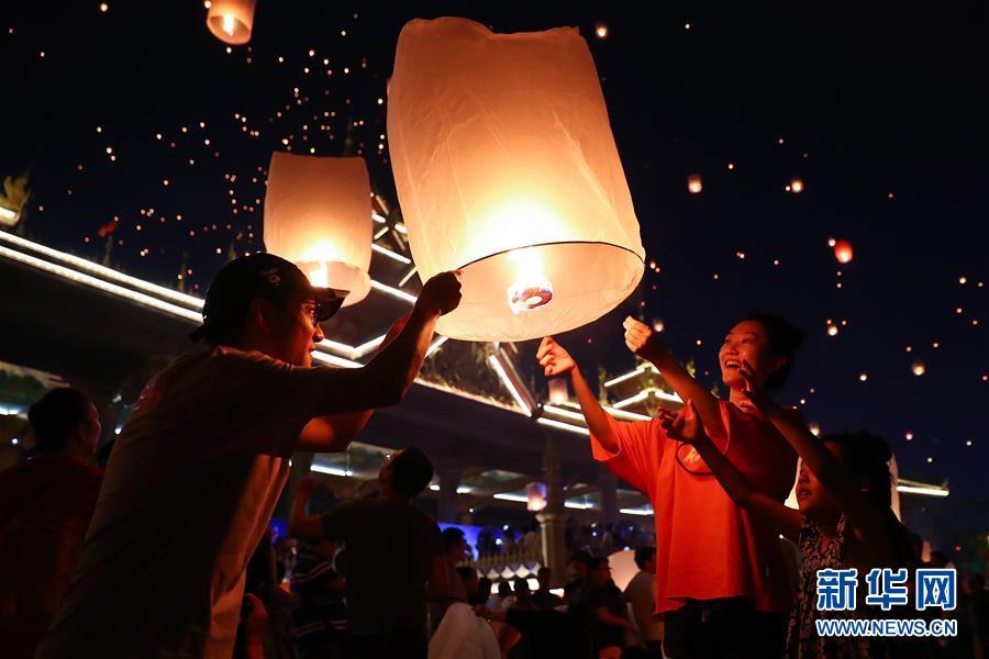 (社會)(1)傣歷潑水節 放燈賀新年