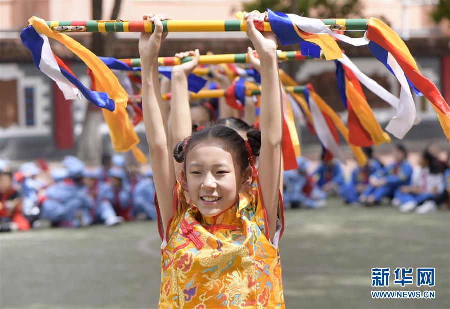 #(新華視界)(1)呼和浩特:校園炫彩花棍舞