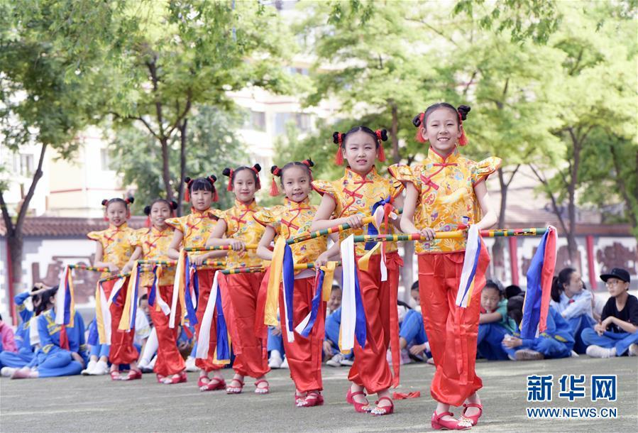 #(新華視界)(2)呼和浩特:校園炫彩花棍舞