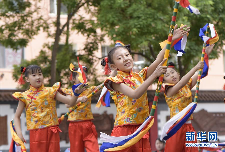 #(新華視界)(3)呼和浩特:校園炫彩花棍舞