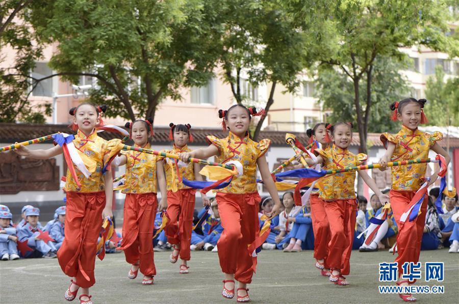 #(新華視界)(6)呼和浩特:校園炫彩花棍舞