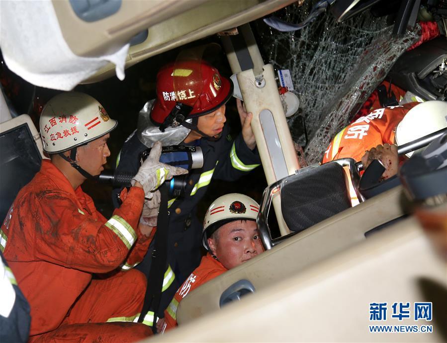 (圖文互動)(2)滬昆高速上饒市境內一旅遊大巴自撞護欄致5死6重傷