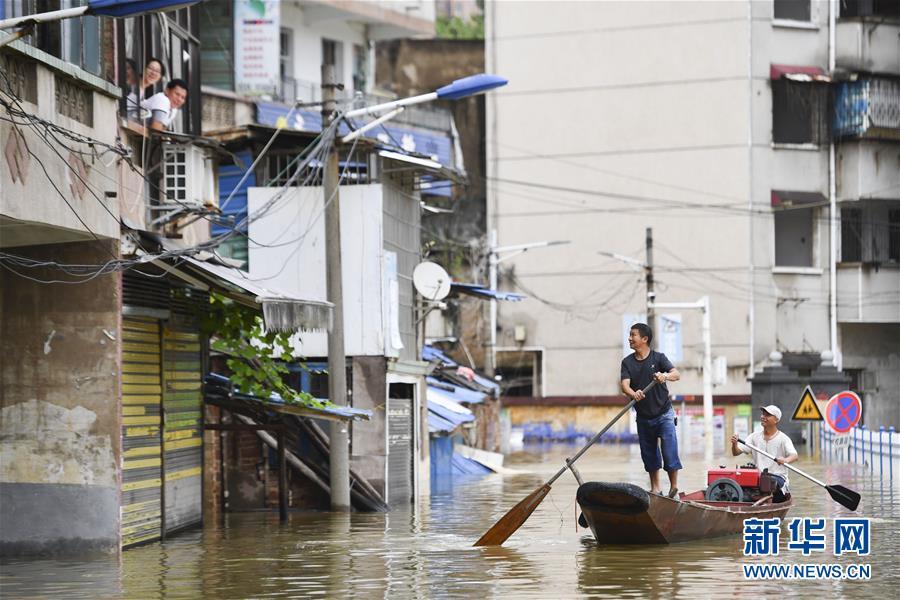 (抗洪搶險·圖文互動)(1)洪水來時,那暖心的民間救援