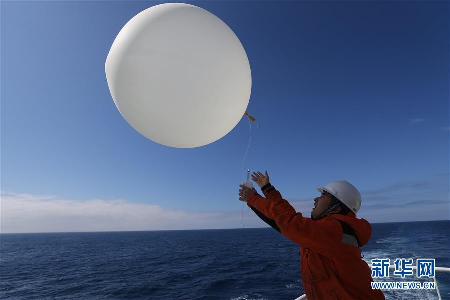"""(""""雪龍""""探南極·圖文互動)(1)""""雪龍2""""號釋放首個探空氣球"""