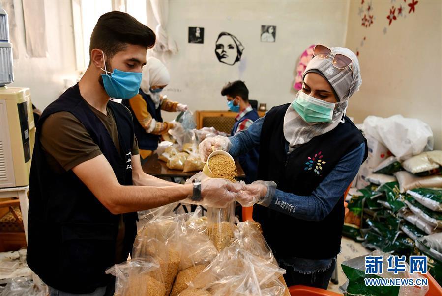 (國際疫情·圖文互動)(3)通訊:疫情中,那抹笑容最難忘——記向困難家庭發放愛心包裹的敘利亞青年志願者