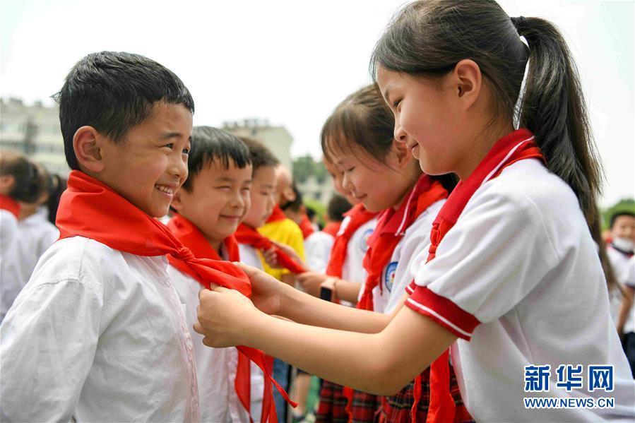 """(新華全媒頭條·圖文互動)(2)""""美麗的中國夢屬于你們""""——以習近平同志為核心的黨中央關心少年兒童工作紀實"""