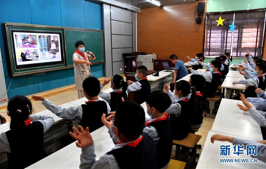 """(新華全媒頭條·圖文互動)(18)""""美麗的中國夢屬于你們""""——以習近平同志為核心的黨中央關心少年兒童工作紀實"""
