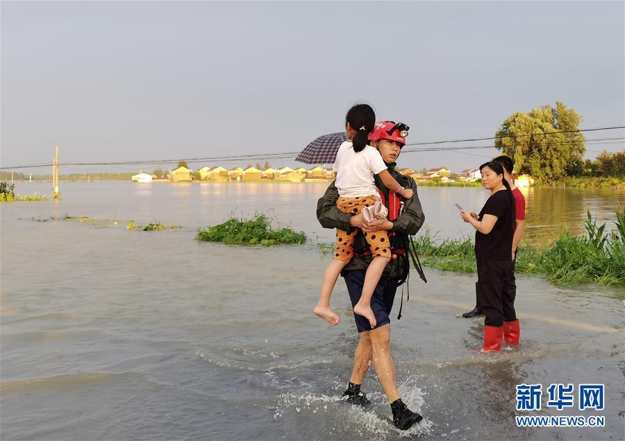 (新華全媒頭條·圖文互動)(2)青春出列——暴雨洪峰中的熱血成人禮