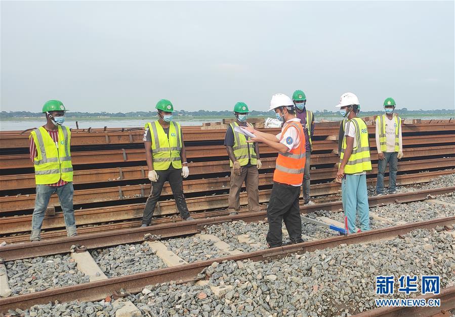 """(海外抗疫故事·圖文互動)(3)通訊:""""一帶一路""""上的抗疫前行——記中企承建孟加拉國鐵路建設項目取得重大進展"""
