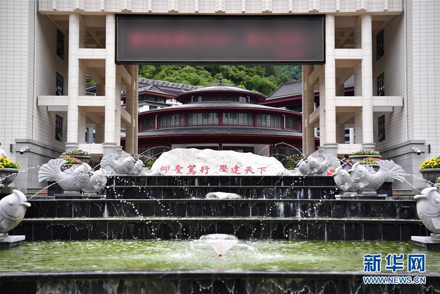 """(新華視點·圖文互動)(3)學校建漂亮點本無錯,為何這所""""豪華中學""""讓人困惑?"""