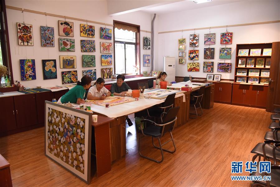 (走向我們的小康生活·圖文互動)(3)放下鋤頭拿畫筆——山東青州農民畫繪出美好新生活