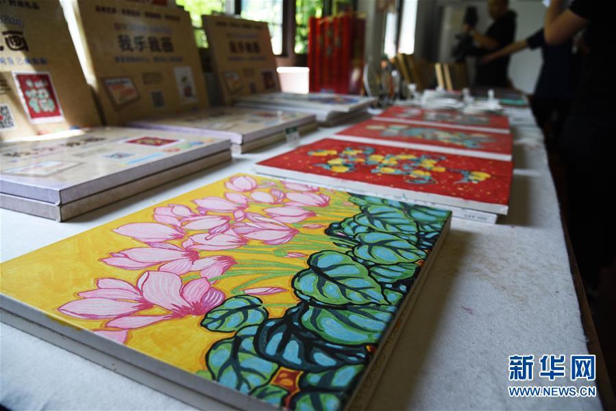 (走向我們的小康生活·圖文互動)(6)放下鋤頭拿畫筆——山東青州農民畫繪出美好新生活