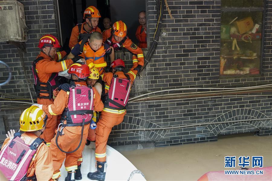 (防汛抗洪)(1)重慶:救援!在被洪水漫過的街巷之間