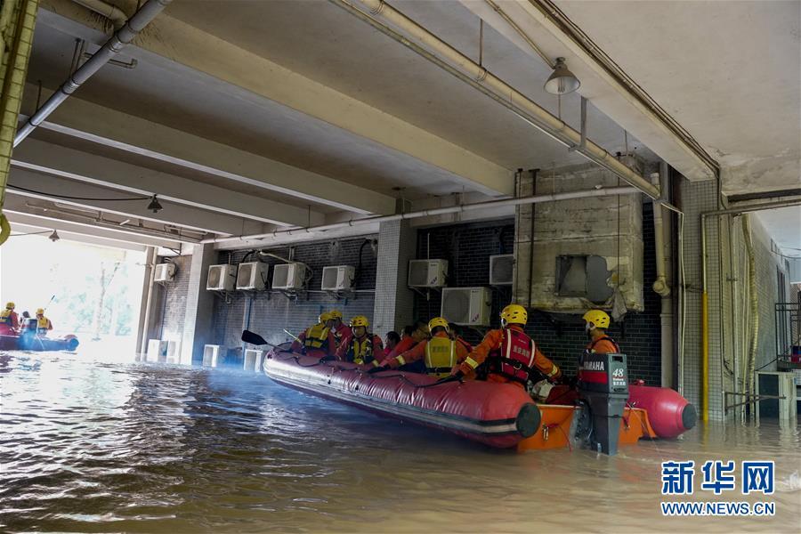 (防汛抗洪)(8)重慶:救援!在被洪水漫過的街巷之間