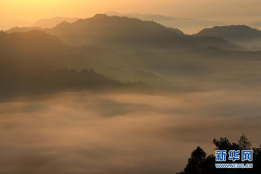 2018年4月18日,安徽齐云山风景区出现了如梦似幻的平流雾景观.