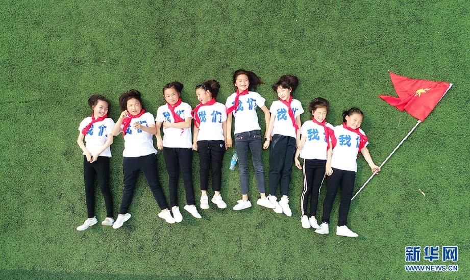 航拍:脑洞创意的小学生大开毕业照临淄小学边河图片