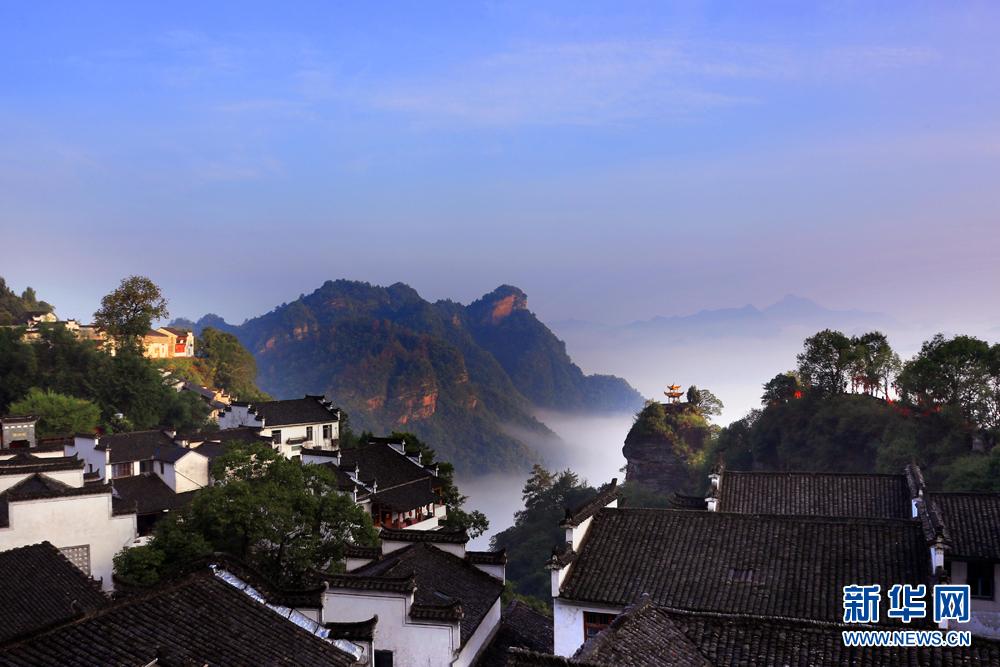 8月20日,雨后齐云山风景区出现今年入秋以来首场云海.